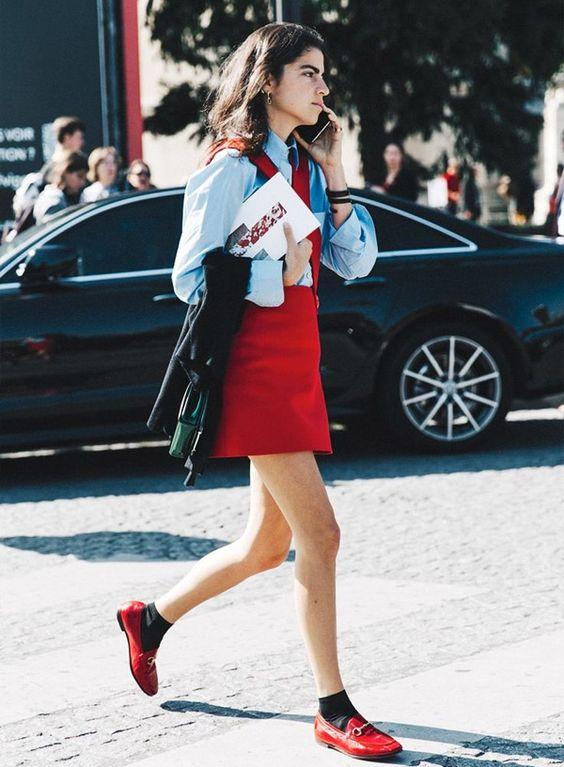camisa jeans, vestido vermelho e mocassim