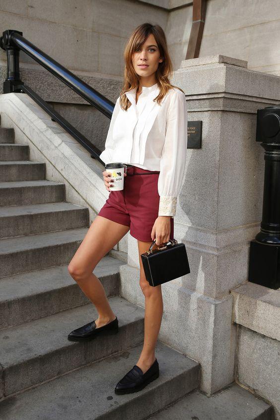 camisa social branca, shorts vinho e mocassim