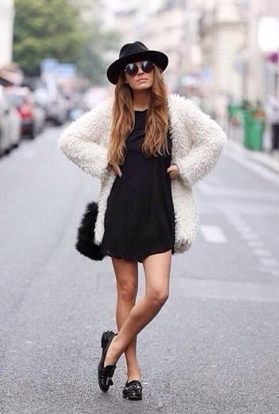 vestido preto, casaco de pele e mocassim