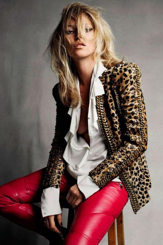 kate moss com jaqueta de onça e calça de couro vermelha