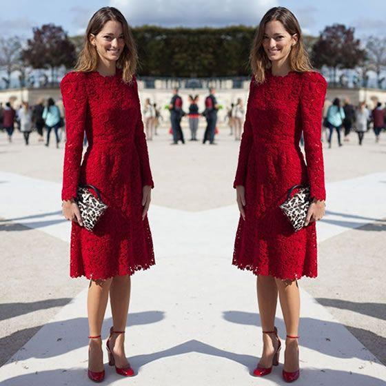 vestido de renda vermelha com manga comprida e bolsa com estampa de onça