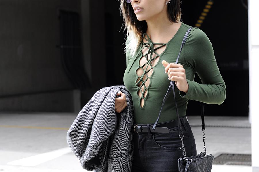 body verde com calça preta