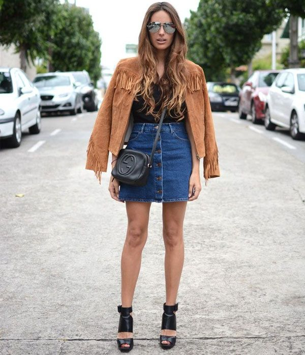 Street style com saia jeans de botões e jaqueta de suede e franjas