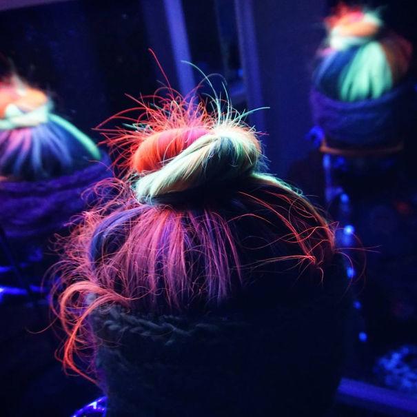 cabelos que brilham na luz negra