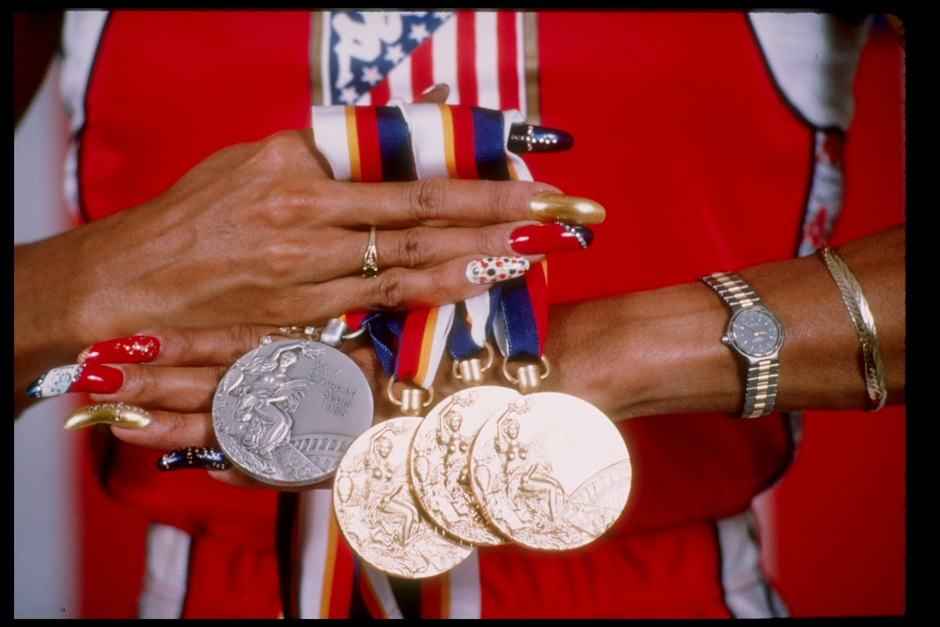 """Unhas decoradas de Florence Griffith Joyner-nos Jogos Olímpicos de 1989 TONY DUFFY / GETTY IMAGES 1990 E INÍCIO DE 2000 Similar à década anterior, quadrados e squoval formas manteve os estilos predominantes de escolha, como visto na Kid Sister """"Pro Nails"""" music video. A cantora e Kanye West cantou a música em um salão de beleza, enquanto centenas de dedos deslumbrados e retocadas dançavam em torno deles Muitas mulheres também começaram a desviar-se vestindo dicas longe passado borda do seu dedo, optando por comprimentos mais curtos, mais naturais. Princesa Diana ostentando, unhas curtas squoval enquanto visita Argentina TIM GRAHAM / GETTY IMAGES Delicado, quadrados arredondados foram consideradas recatada e feminino, favorecido pela Princesa Diana, enquanto a estrela pop de Britney Spears preferido ângulos nítidos certos. Britney Spears em seu vídeo da música Toxic em 2003 WWW.YOUTUBE.COM DIAS DE HOJE """"A coisa emocionante sobre pregos agora é que há um estilo para todos"""", disse a Srta Pop Mashable. """"Você pode ter unhas competição de comprimento loucos com pedras preciosas, ou você pode ter unhas naturais com um pouco de espaço negativo. Há apenas tanta diversidade e que está destinado a refletir a personalidade da mulher recebendo suas unhas feitas. Ela está direcionando o seu estilo."""" Kylie Jenner mostra unhas stiletto pontudas. KYLIEJENNER / INSTAGRAM Pontas dos dedos estruturais como o caixão e estilete são populares com multidões edgier, enquanto silhuetas ovais e amêndoa são favorecidos por aqueles que procuram um estilo atemporal. Essa mentalidade é evidente na variedade de estilos foram estamos vendo hoje eo ritmo rápido em que as mulheres alterar entre eles. Já não levar décadas para novas unhas para governar. Graças a estrelas como Rihanna e Kylie Jenner que estão constantemente mudando seu olhar, leva apenas dias. Adele no Oscar em 2013 JASON MERRITT / GETTY IMAGES QUAL É O PRÓXIMO? Senhorita Pop acredita que, um caixão mais arredondada menor, conhecido co"""