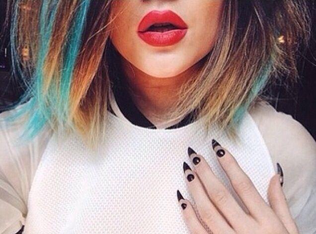 kylie Jenner mostra unhas stiletto pontudas.