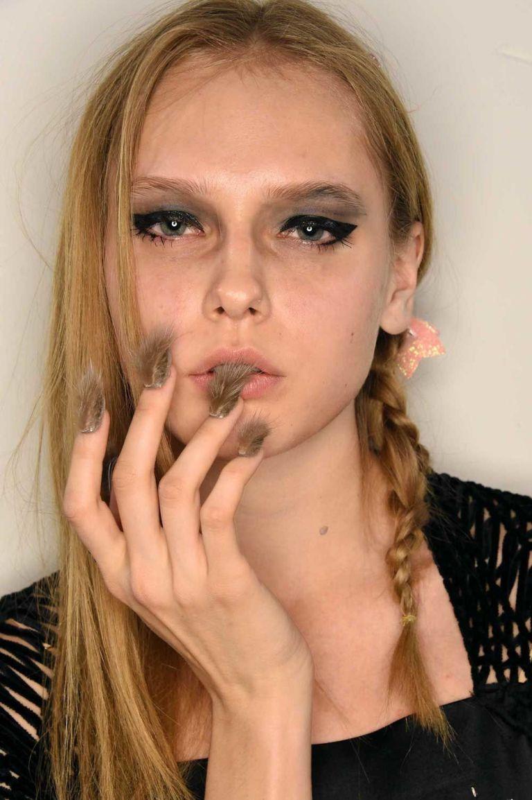 nova tendência nail art unhas peludas furry nails