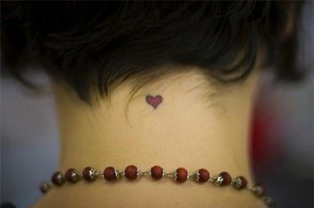 tatuagem delicada na nuca