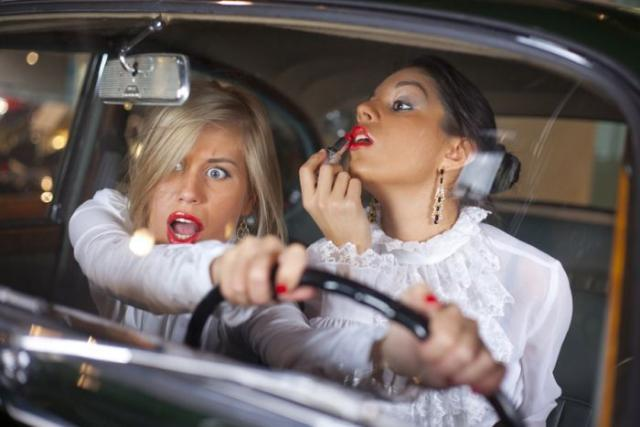 mulher dirigindo
