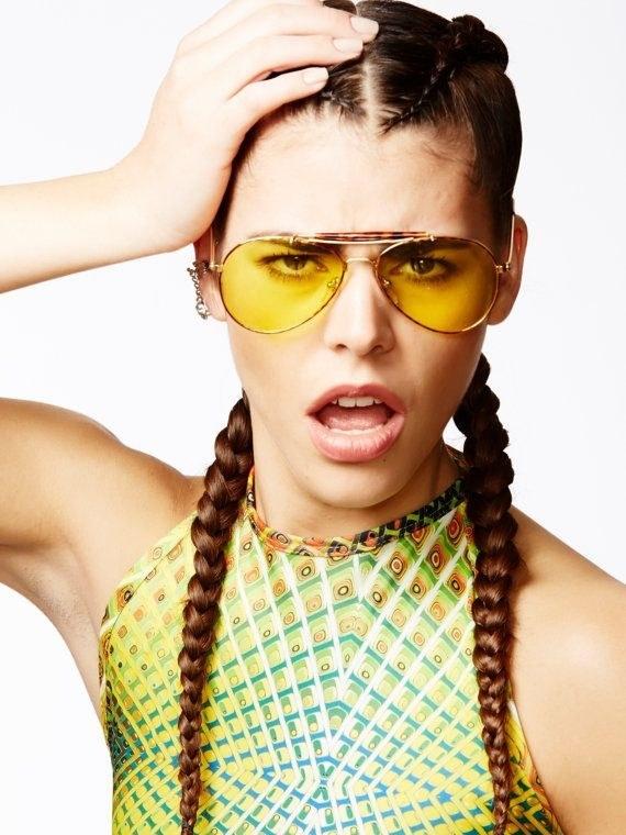 tendência de moda anos 90 óculos com lente amarela
