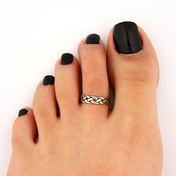 tendência de moda anos 90 anel no dedo dos pés