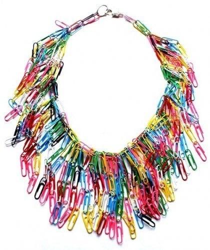 tendência de moda anos 90 colar com clipes de papel colorido