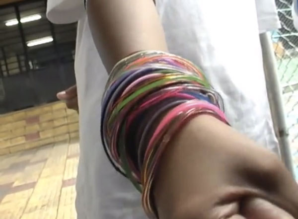 tendência de moda anos 90 pulseiras coloridas de plástico