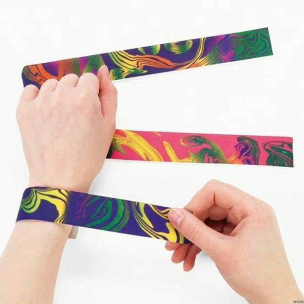 tendência de moda anos 90 slap bracelets