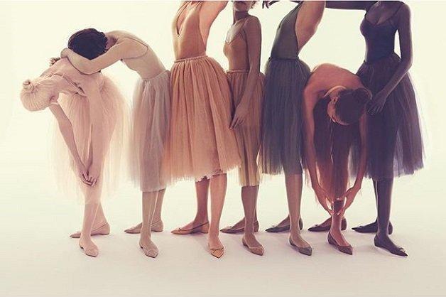Louboutin e sua coleção de sapatilhas em tons nude