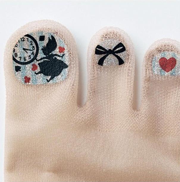 Marca japonesa lança meia-calça para quem tem preguiça de pintar as unhas dos pés 5