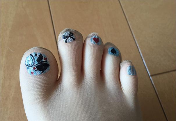Marca japonesa lança meia-calça para quem tem preguiça de pintar as unhas dos pés 8