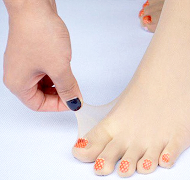 Marca japonesa lança meia-calça para quem tem preguiça de pintar as unhas dos pés