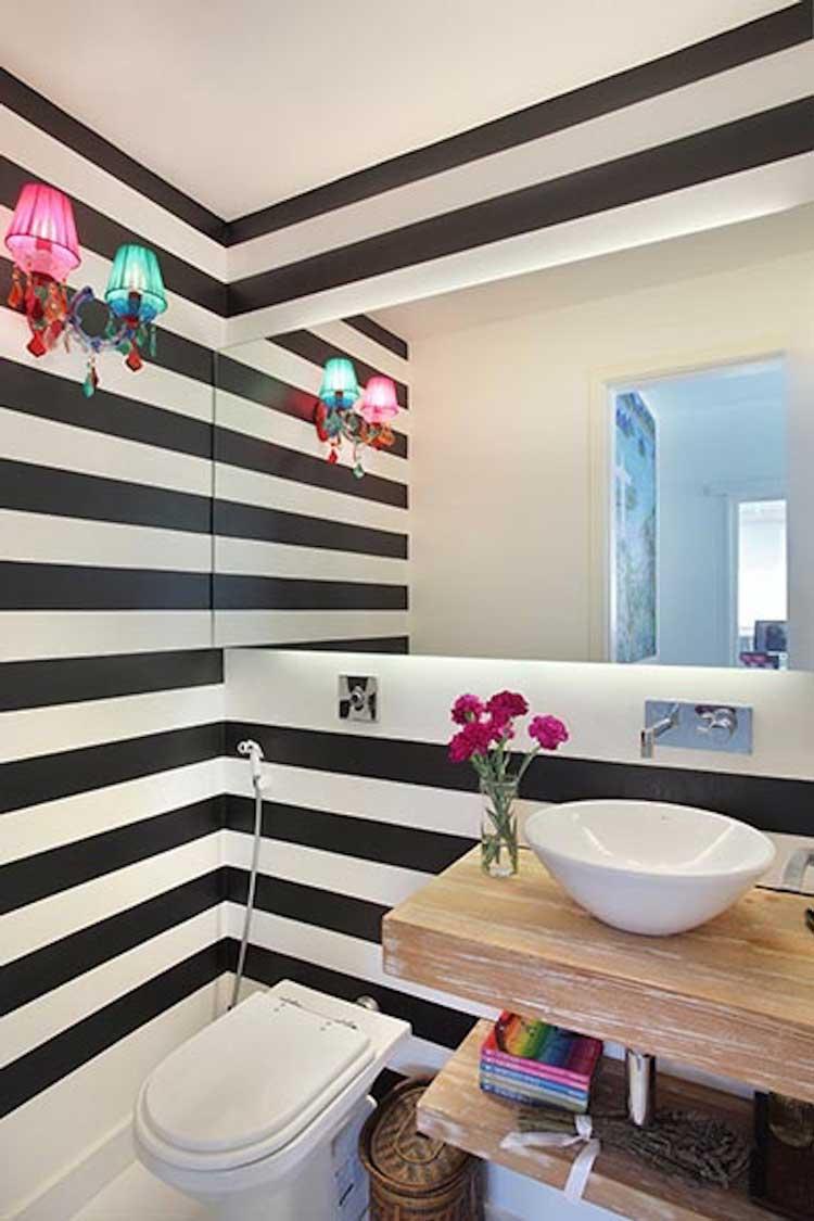 banheiro-com-parede-listrada-e-toques-de-cor