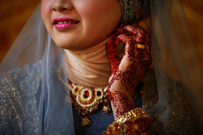 detalhes de henna na mãos da noiva