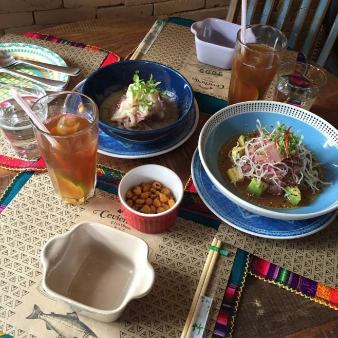 Ceviche clássico e Ceviche de Atum. Para acompanhar, o chá da casa e milhos crocantes.