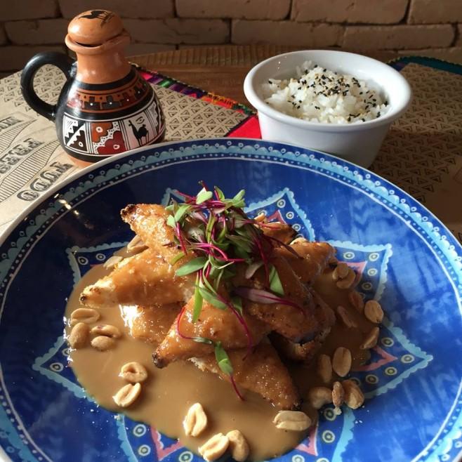 Peixe empanado com farinha panko e assado, com calda de amendoim. Acompanhamento: Arroz de jasmim.
