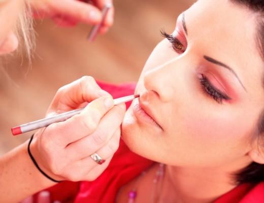 Pesquisa revela que mulheres que usam maquiagem no trabalho ganham mais