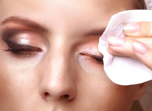 importância de remover a maquiagem antes de dormir