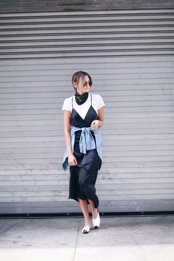 slip dress preto com camiseta branca e camisa jeans amarrada na cintura