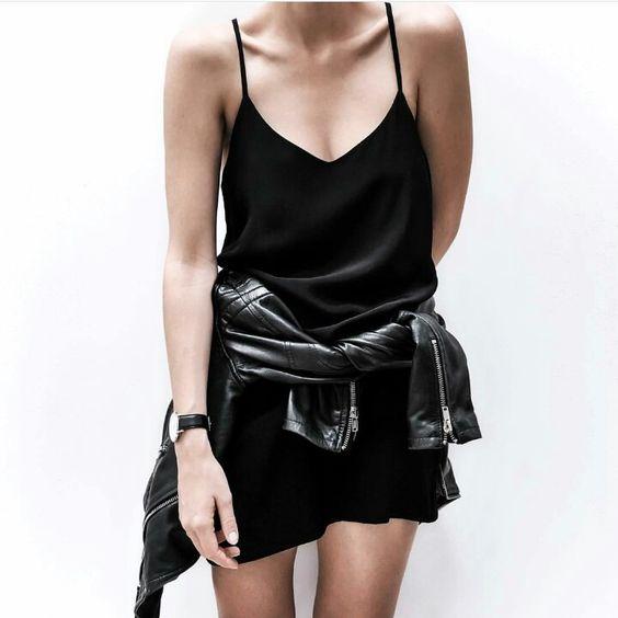 slip dress preto com jaqueta de couro amarrada na cintura