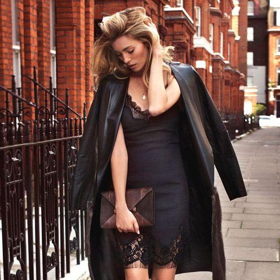 slip dress preto com jaqueta de couro