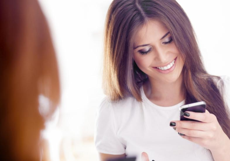 Resultado de imagem para mulher celular