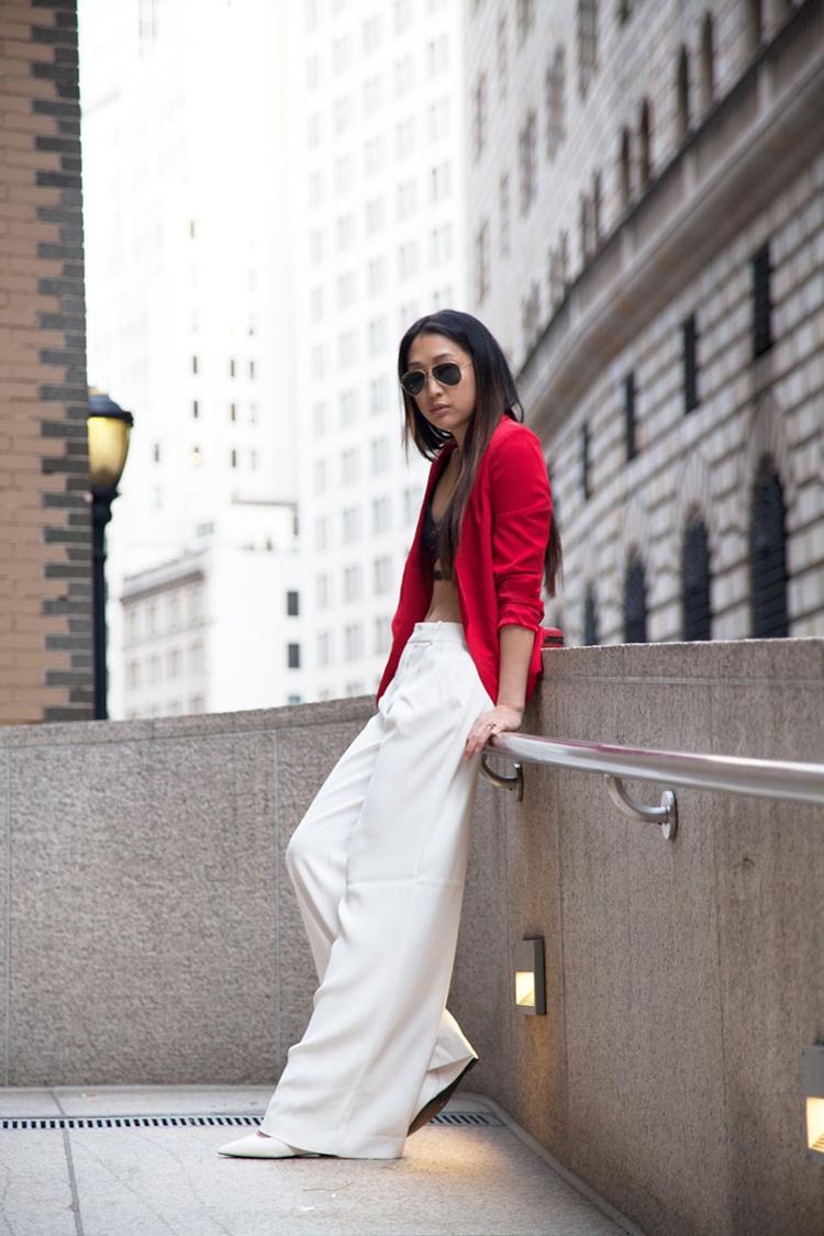 calça-palazzo-branca-e-blazer-vermelho