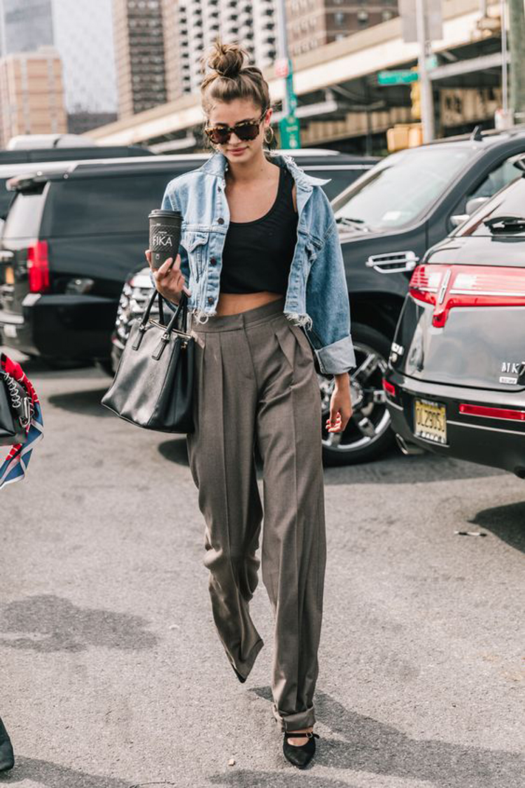 calça-palazzo-com-top-cropped-e-jaqueta-jeans