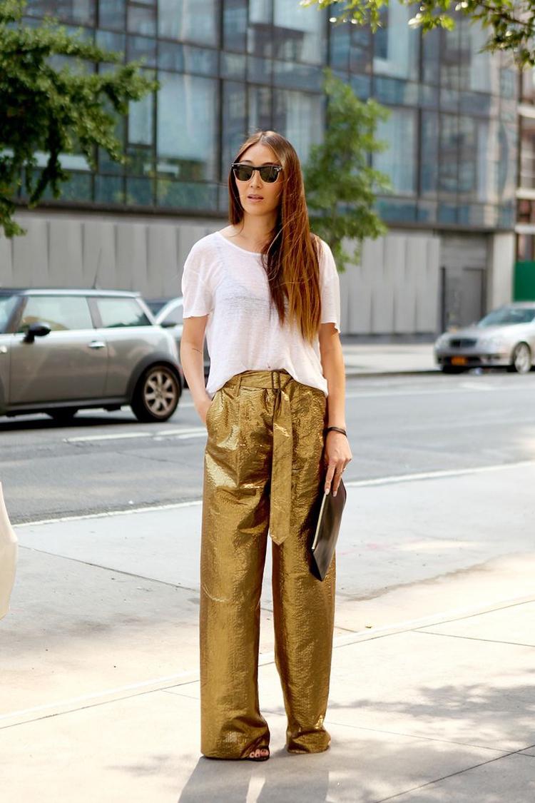 calça-palazzo-dourada-e-camiseta-branca