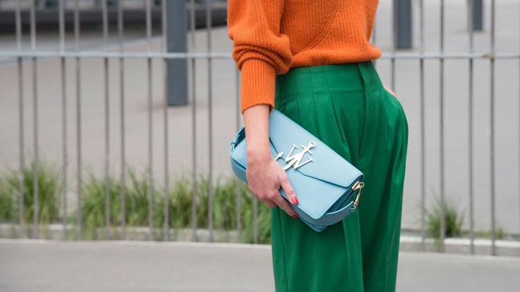 calça-palazzo-verde-e-blusa-laranja