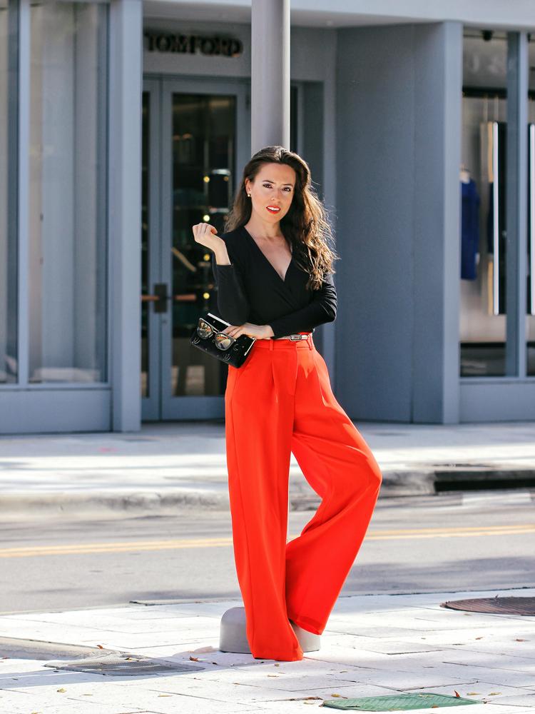 calça-palazzo-vermelha-e-camisa-preta