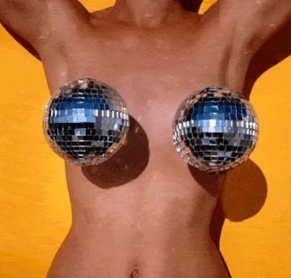 disco-tits-a-nova-mania-de-esconder-os-mamilos-com-brilhos-6