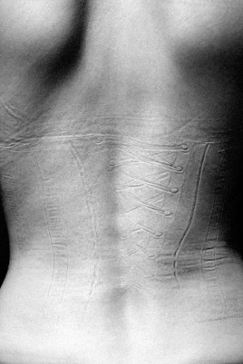 ensaio-chocante-reflete-sobre-o-que-fazemos-com-o-corpo-em-nome-da-beleza-3