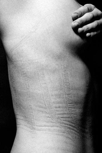 ensaio-chocante-reflete-sobre-o-que-fazemos-com-o-corpo-em-nome-da-beleza-4