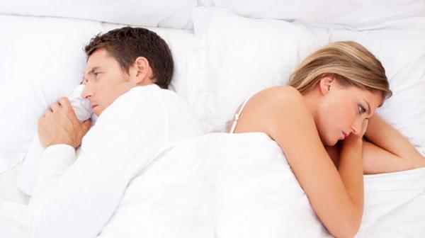 casal-de-costas-na-cama