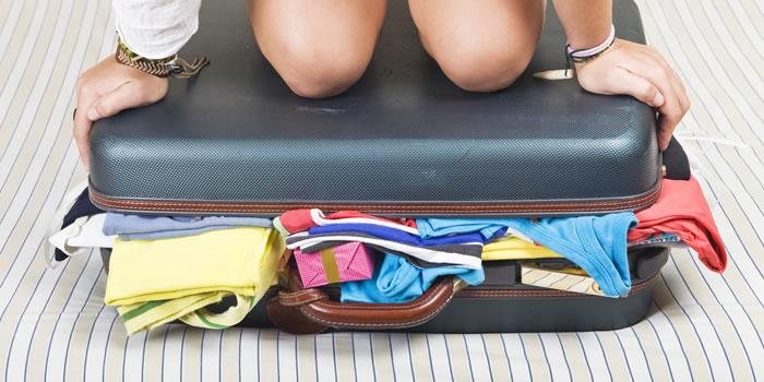colocando-roupas-na-mala-de-viagem