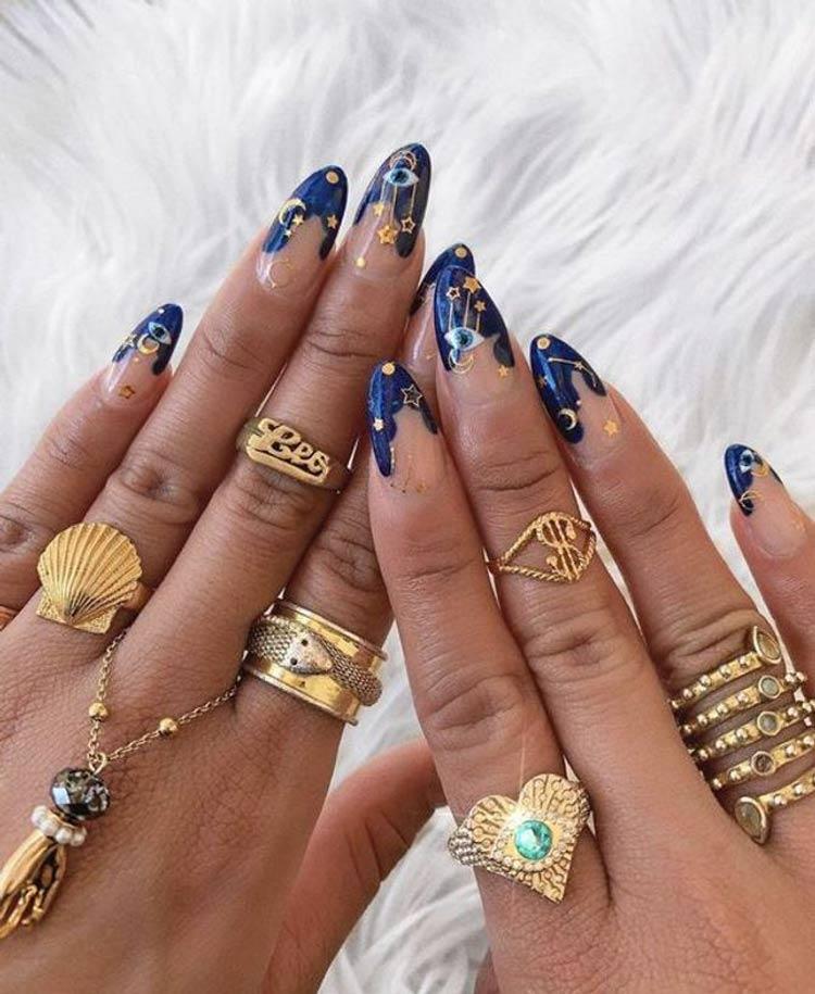 Manicure-exótica-em-tom-de-noite-azul,-decorada-com-luas-e-estrelas