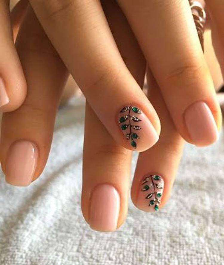 Manicure-nua-decorada-com-desenhos-de-folhas-brilhantes