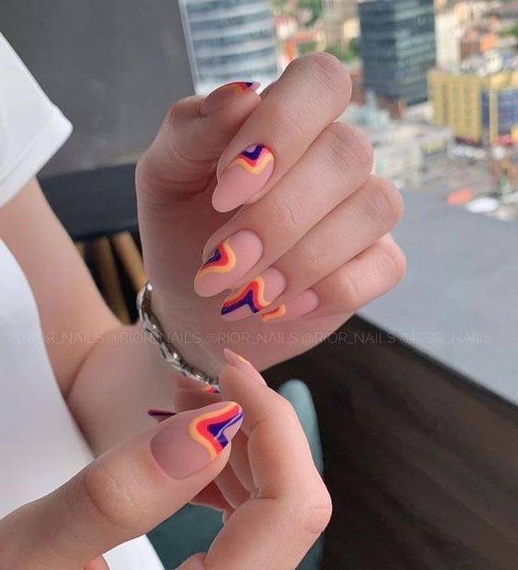 Manicure-nude-com-decorações-em-várias-cores