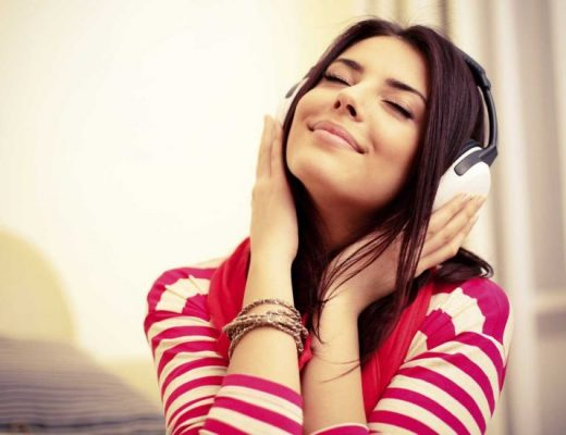 mulher-feliz-ouvindo-musica