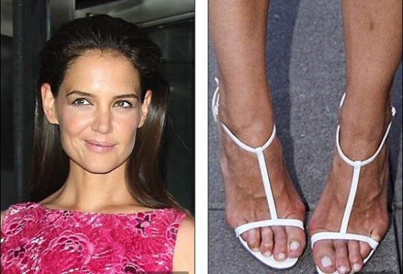 Katie Holmes pés