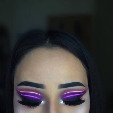 Maquiagem que imita luz neon 2