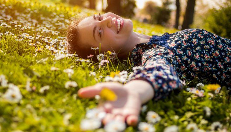 mulher sozinha sorrindo