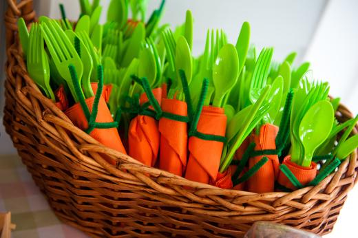 Decoração de Páscoa criativa com guardanapos em forma de cenoura